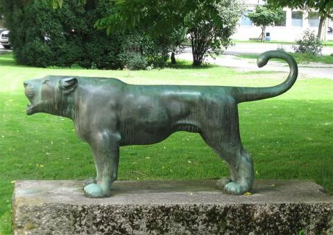 Fritz Behn: Löwin (Anfang 1920er Jahre). Die Bronzeplastik steht vor der Tierärztlichen Fakultät in München. (Foto: Katharina Ruhland)